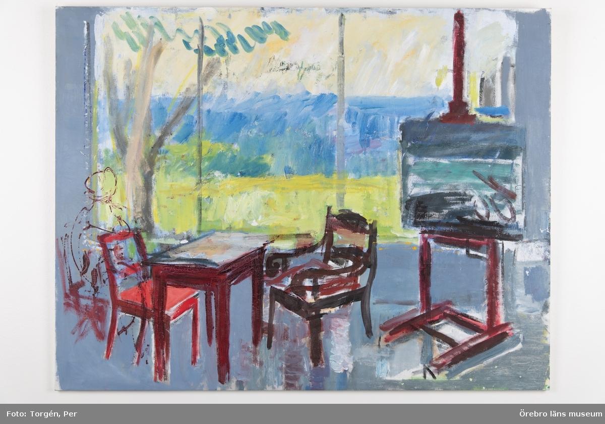 Ateljéinteriör, oljemålning. Stolar och bord i svart - en stol med röd sits. Tavelstaffli med målning. Stort fönster med grönt och blått utanför. Dominerande färger: Blått, svart, grönt.  Publ.: Artikel finns i Livgrenadjären 9-65, Örebro Läns Konstförening 1959, Nerikes Allehanda 28/3 1966 sid 24. Se bilaga
