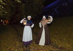 To av kaupangens kvinner kommer imot oss med løftede lykter og forteller at Jomfru Karine er død. (Foto/Photo)