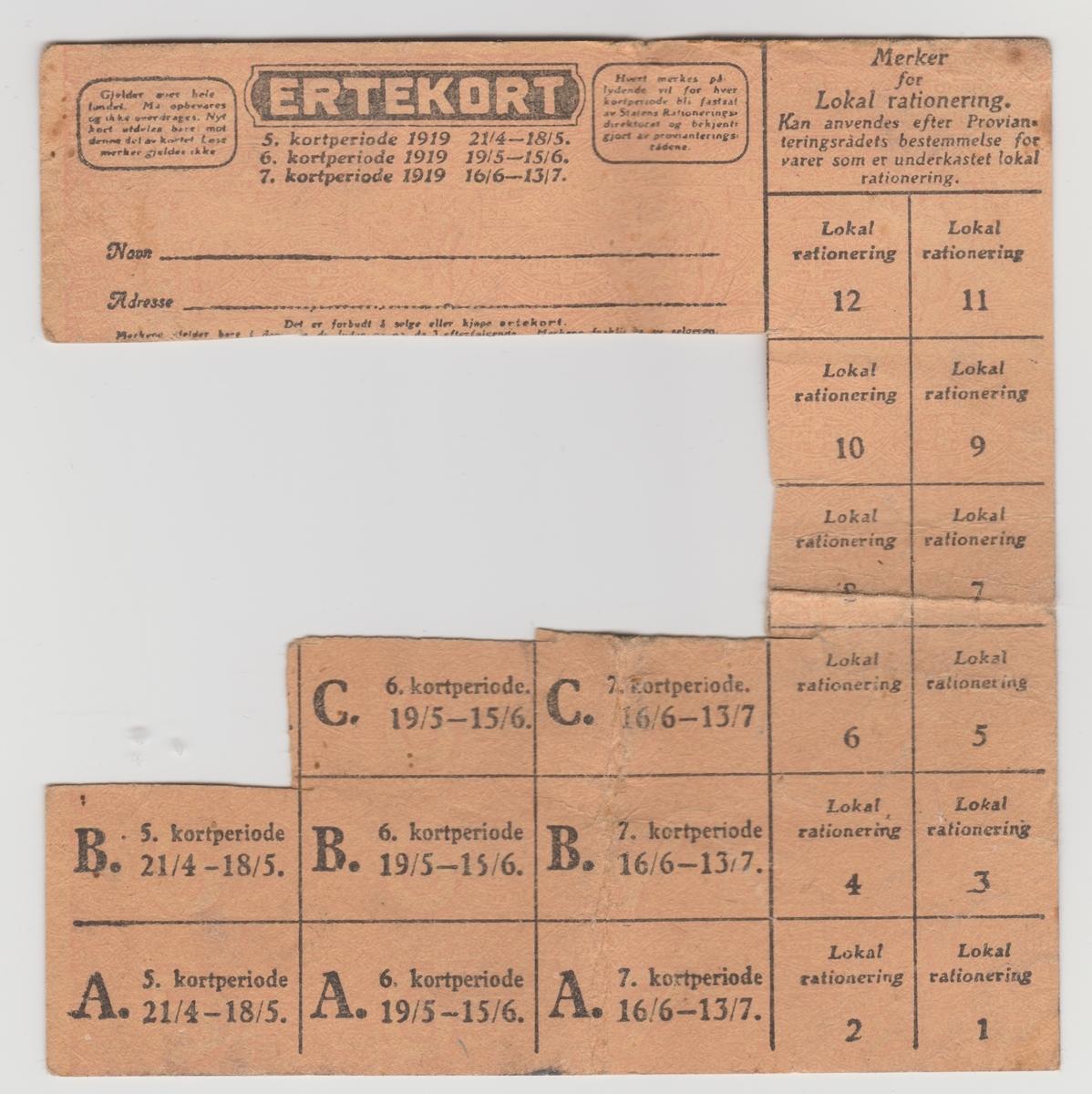 Ulike rasjoneringskort for sukker, kaffe, erter, fett, brød og korn, mel, såpe, kafferstatning.