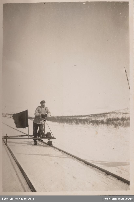 Banevokter på dresin på Saltfjellet, trolig i nærheten av Semskfjell (senere Semska) stasjon