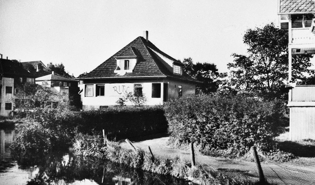"""Kafe/pensjonat """"RITS"""" ved """"Bryneåno"""". Huset er bygd 1918. Time Mållag overtok eigendomen i 1949 og dreiv kafè/pensjonat med namnet Gjesteheimen."""