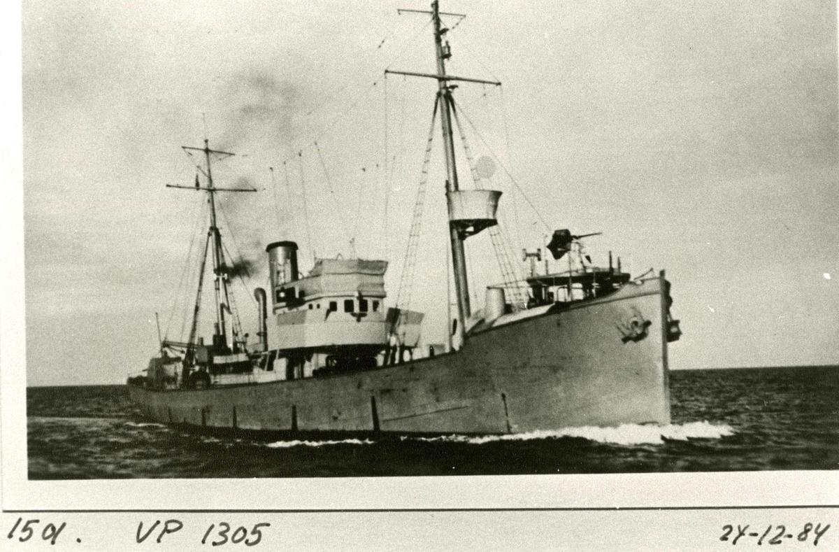 Motiv: Tysk Vorpostenboot VP 1305 Wuppertal. 45º styrbord baug