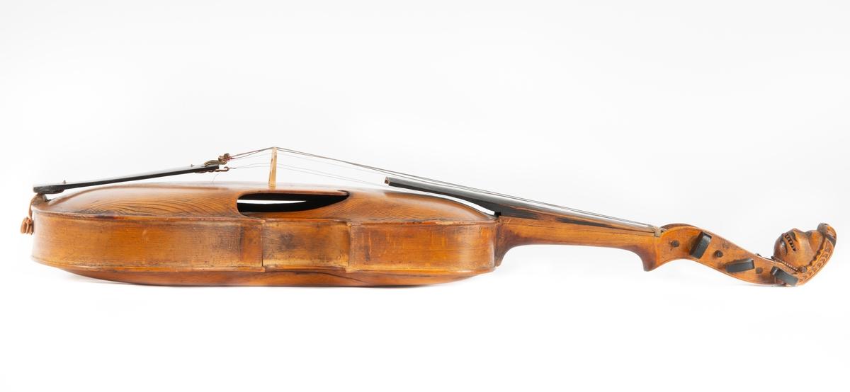 Hardingfele laga av Nils Tøsteinsson (1818-dødsår ukjent) i USA, truleg ein gong på 1840-talet. Hardingfela er usignert og er ei vidareutvikling av dei eldre hardingfeletypane, men med noko flatare korpus og utvida nedre instrumentkasse.