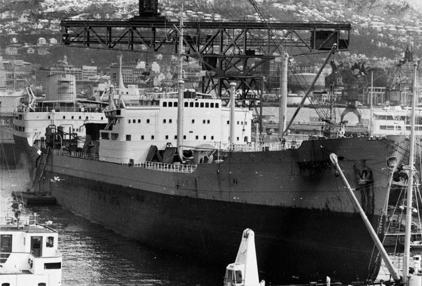 MT SVEVE (Ex. NAKSKOV) (bygget i 1960) til kais. Havnekraner.