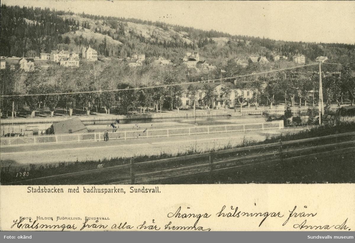 Vykort med motiv över Stadsbacken och Badhusparken i Sundsvall.
