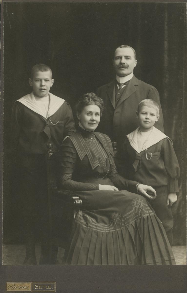Familjeporträtt. Gustaf Swedlund med fru Ellen Reuterskiöld samt söner.