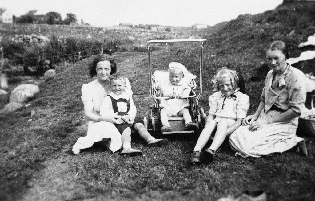 På tur i marka med kaffi og mat. Frå v. : Ester Grude Ree med sonen Joleif Ree (1937 - ) på fanget, og Harald Ree (1939 - ) i vogna. Elisabet Grude og Emma Grude (syster til Ester)