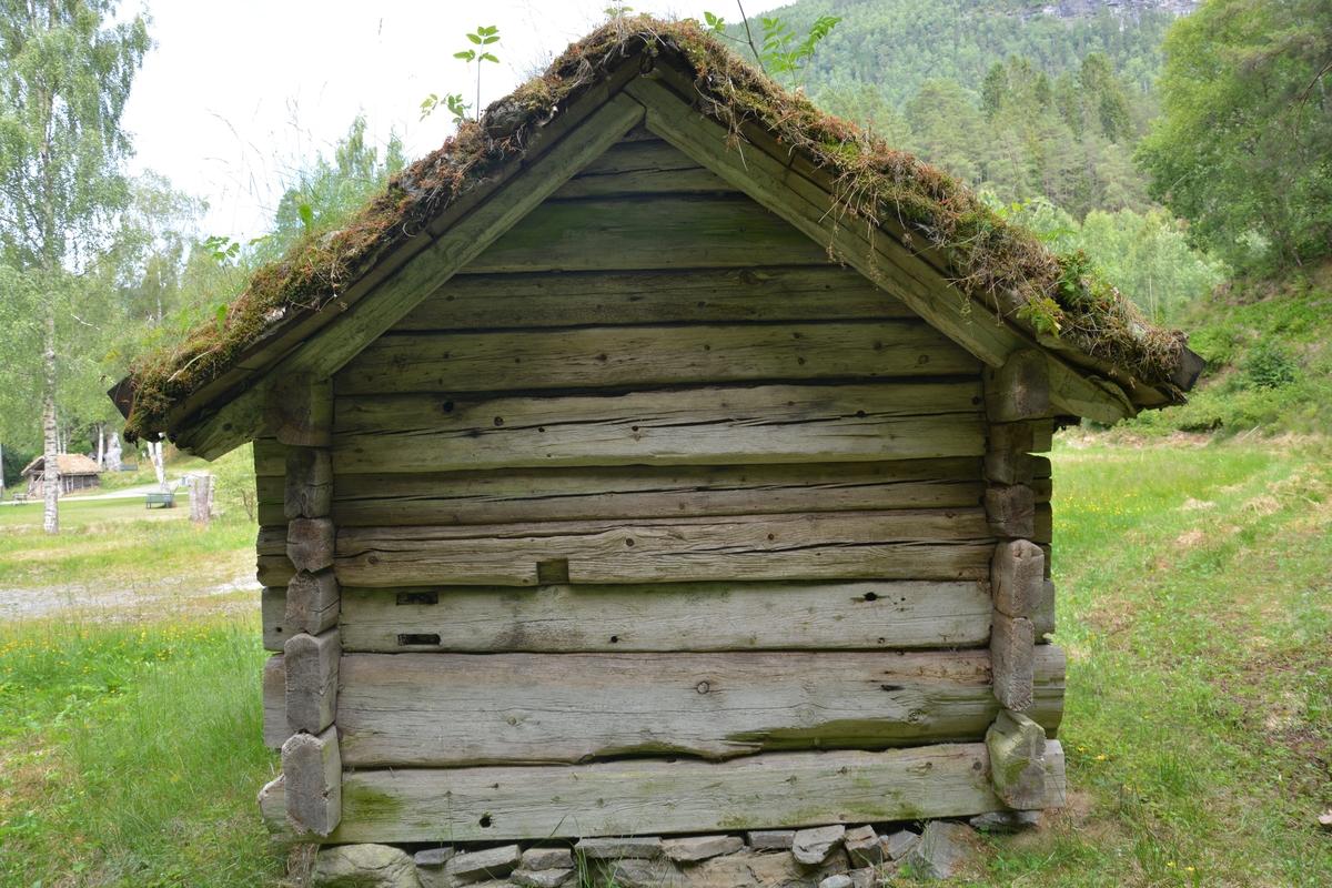 Tømra bygning med eit rom. Stein underlag Torvtak