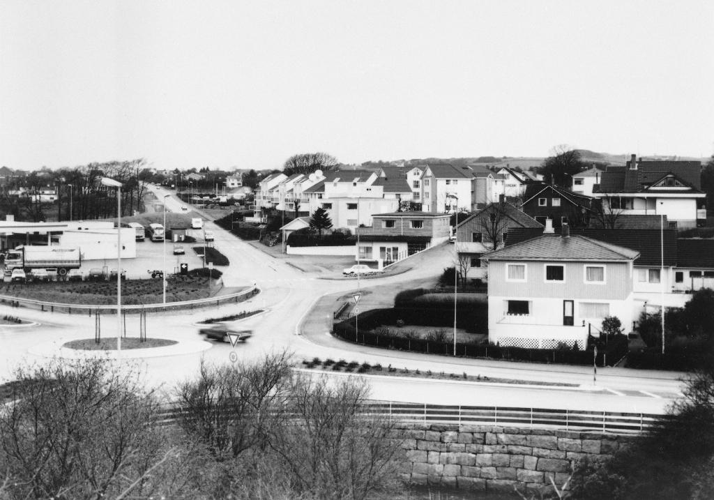 Nordvestre del av Bryne ved krysset mellom riksveg 44 og Arne Garborgs veg. Frå v, : Shell bensinstasjon, Strekkjevollen og til høgre huset til Sigurd I. Kleppe. Biletet er teke i samband med utgjevinga av Fotoboka for Time.