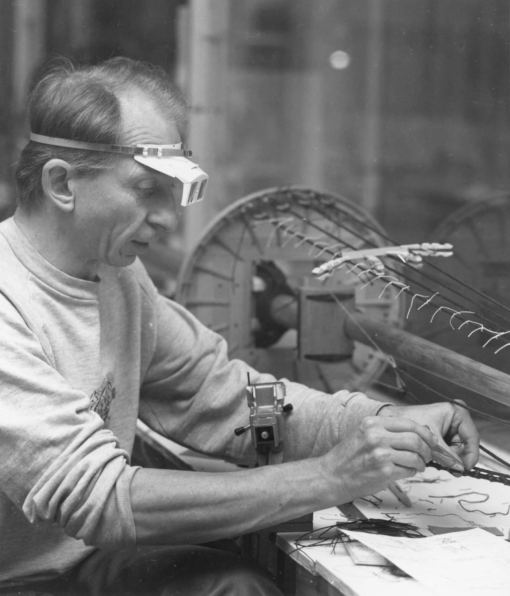 Modellbyggare Göran Forss i arbete med modellen av Vasa i skala 1:10.