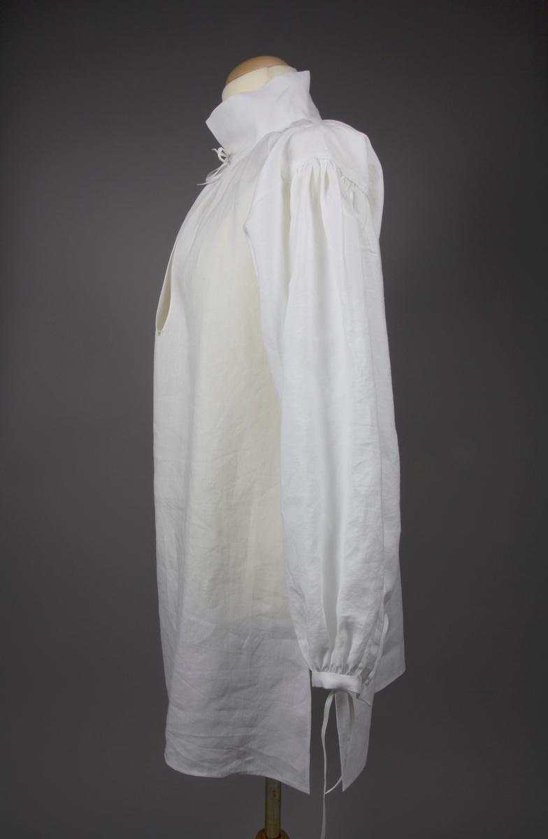 Skjortan är skuren av blekt hellinnetyg i trådraka stycken. Kilar i hals samt under ärm skapar rörelsevidd. Sidsömmar, ärmsömmar och kilar är handsydda med fällsömmar. En förstärkning med en lös tygremsa är påsydd på insidan av axeln och täcker rynkningen på ärmen. Halshålet samt nederkanten på ärmen är rynkade för att passa ihop mot krage och manschett. Manschetter och krage är vändsydda med efterstygn samt stofferade mot halsringningens och ärmslutets rynkning. Halssprundet har en avslutning och förstärkning av knapphålsstygn. Nederkanten samt sprundens kanter är dubbelfållade. Sidosprundet har en förstärkning i ovankant av en steglapp. På kragen vid halsen samt på manschetterna finns sydda hål för knytband Tråden som har använts är vit bomullssytråd. Hål för knytband är sydda i en något kraftigare bomullsomspunnen polyestertråd för slitstyrka.