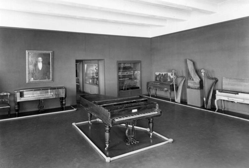 Musikkutstillingen fra 1936, fotografert i 1954.