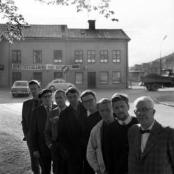 Tre bilder av åtta Sundsvallskonstnärer vid gamla snickerifa