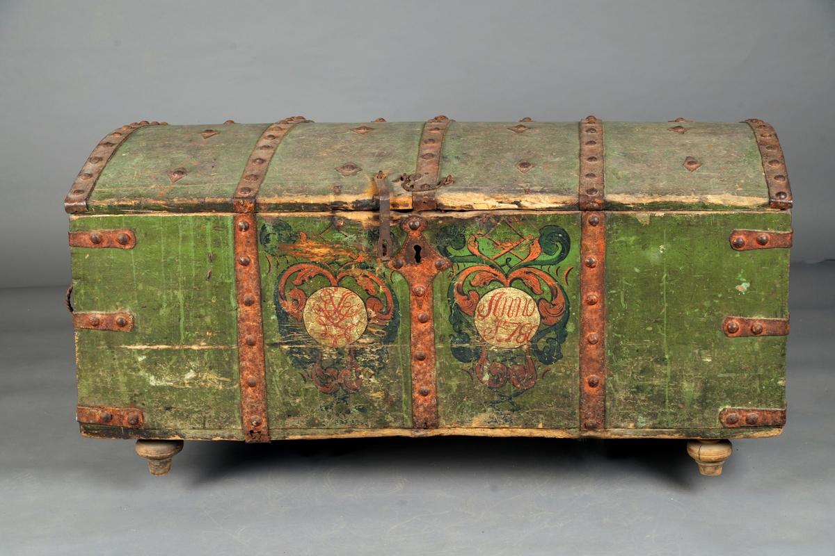 Utvendig grønnmalt med rødlig jernbeslag. Dessuten små malte blomsterornamenter på lokket og på forsiden akantus bladmønster i kartuschform. I den ene kartusch et dobbeltmonogram, i den andre innskåret Anno 1780. Snodde jernhåndtak.