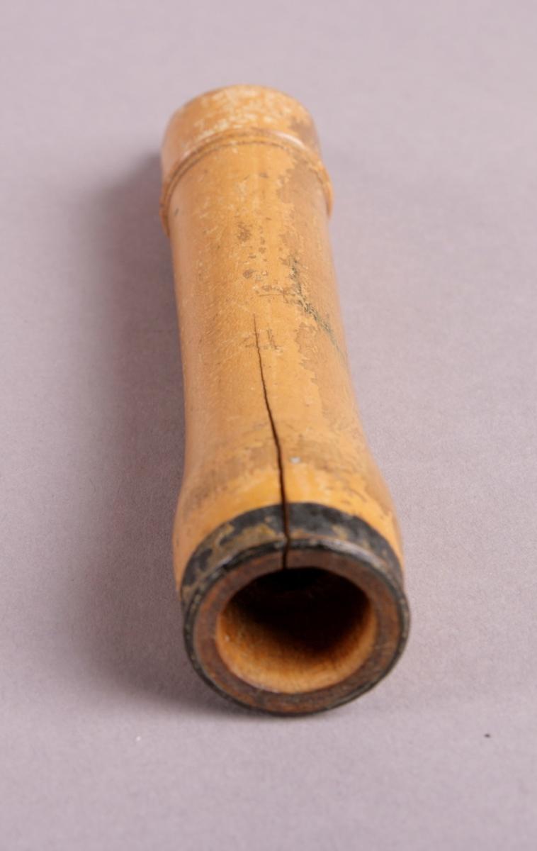 Buksbom, tre deler: munnstykke, midtstykke og fot. Nederst på munnstykke en svak vulst, øverst på foten ved hull for h.4 kraftig vulst. Påmalte ringer ved enden av hver del. Utvendig lakkert.  Lavest spillbare tone: C1.