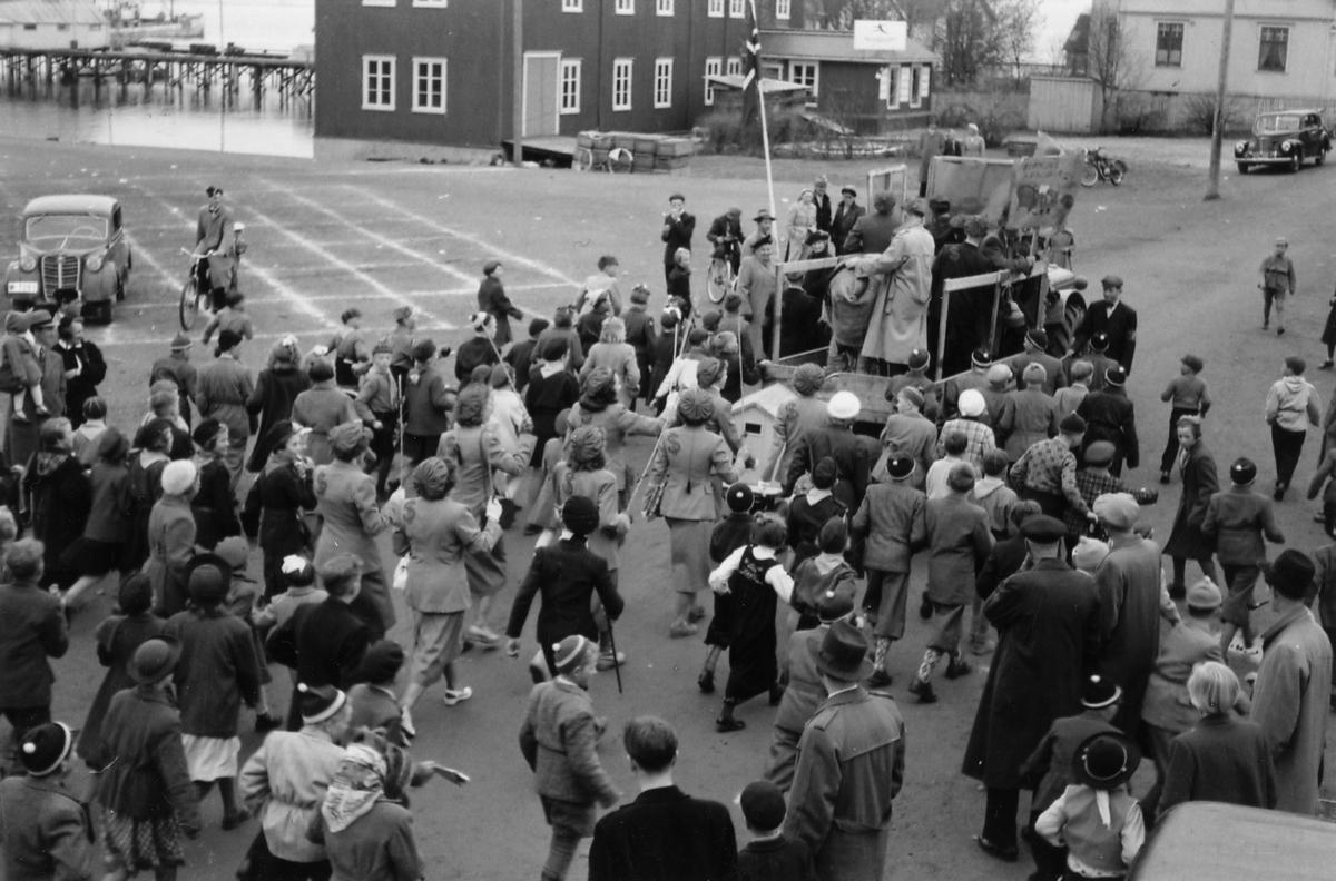 17. mai på Sortland først på 1950-tallet. Russetoget i Strandgata ved torget.
