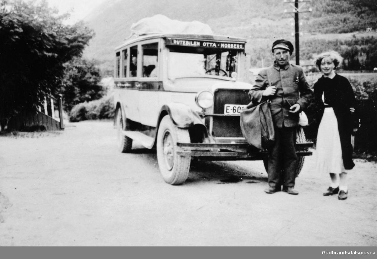 Ola Plassen med postbussen ved Fossheim i Lom