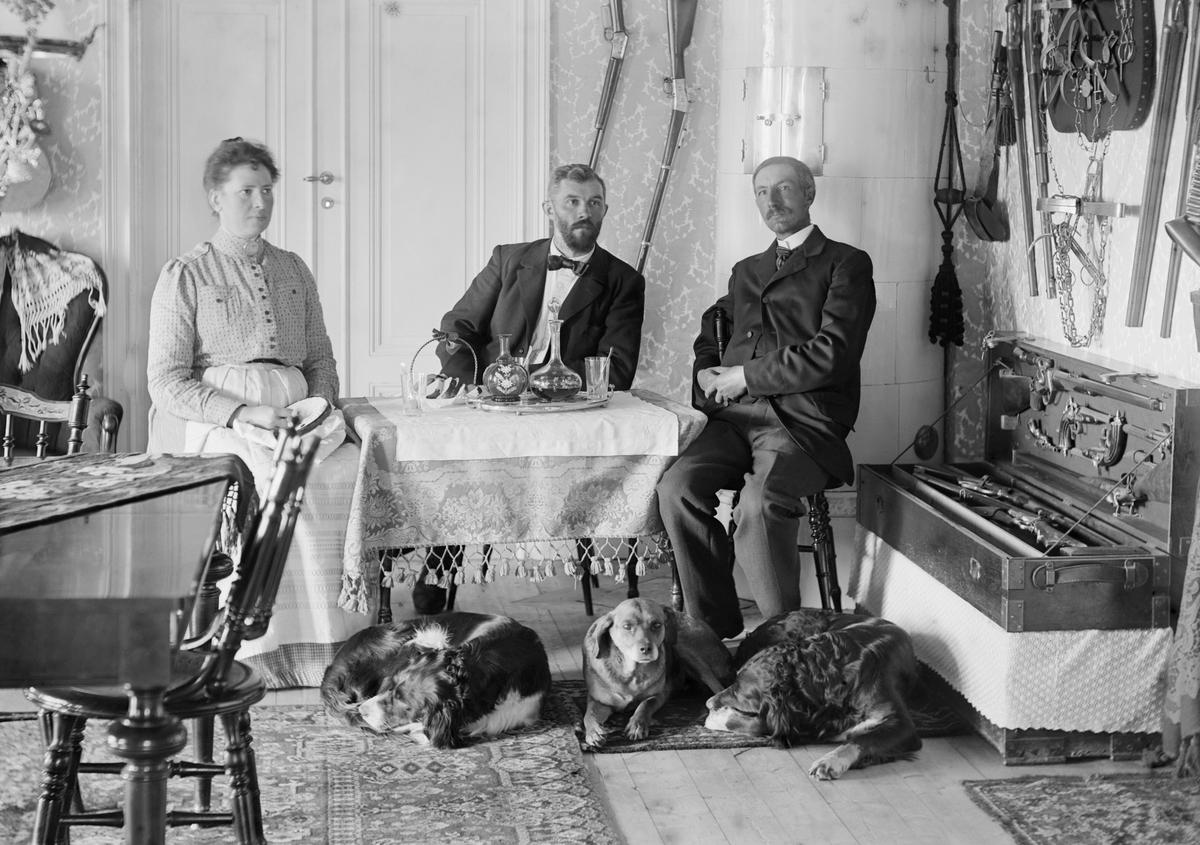 Under ett par år runt förra sekelskiftet var förre sjökapten Allan Lindhé och hustrun Hanna Dahlgren hyresgäster i Ramsdal, Sankt Anna. Här ses makarna i sällskap med en man som påminner starkt om fotograf Emil Durling själv.