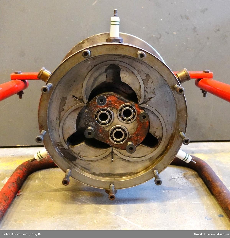 Rotasjonsmotor, patentert i 1963, med rotor, stator og planetskiver i endelokk. Rotoren styres av tre eksentriske tapper i endelokk, som er festet til planethjul med utvendig fortanning. Disse 3 hjulene styres av ett solhjul som har innvendig fortanning. Når dette systemet roterer går rotoren i en bane som tegner tre kamre mellom rotor og stator.