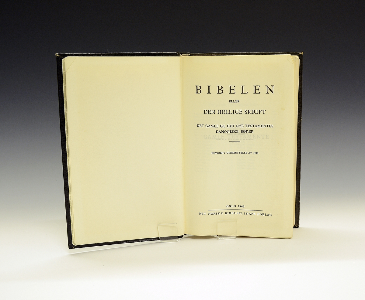Bibelen i sort shirting med gullbokstaver.