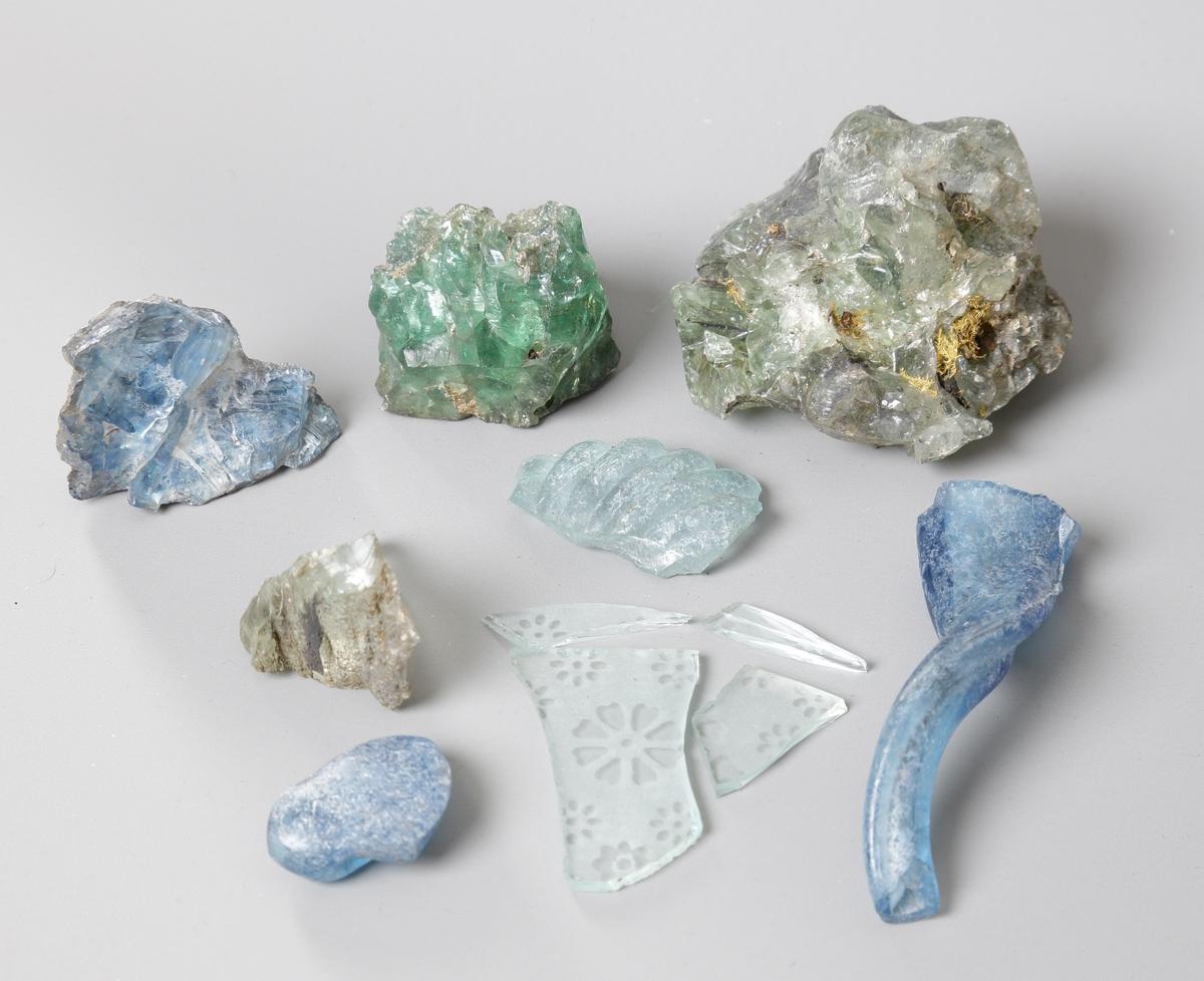 En samling av 7 (8) st. glasfragment. Troligen från Modala glasbruk.