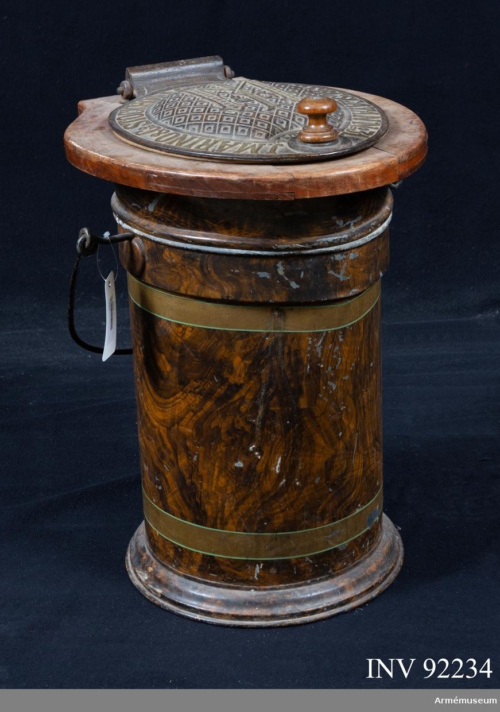 Portabel toalett med ytterhölje av trä, tratt av porslin och järnlock. Tillverkarmärke i locket.