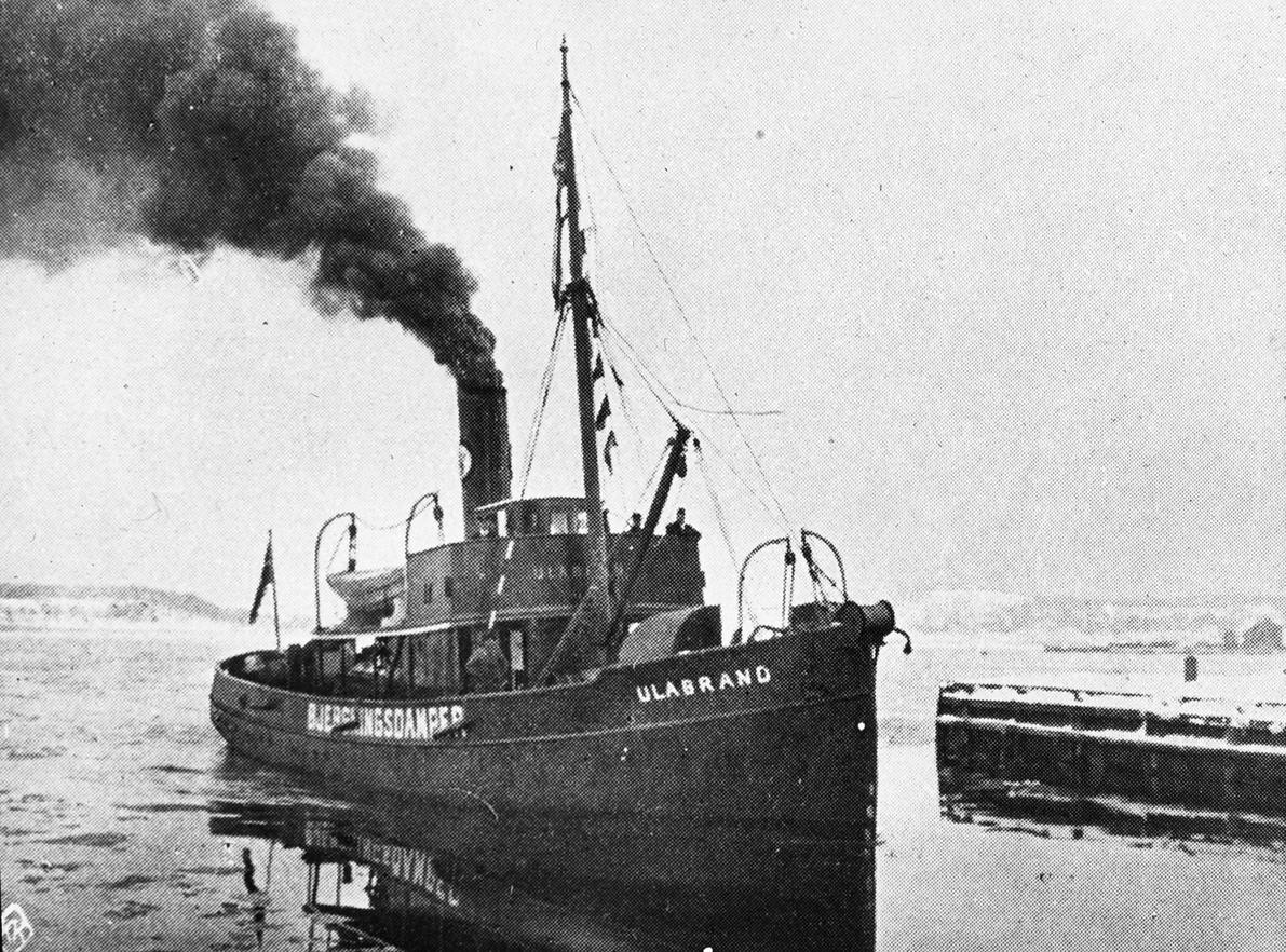 "Bergnings/slepebåten ULABRAND merket "" bjergningsdamper"" på siden."