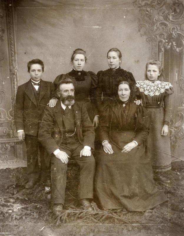 Familien på Thorsrud i Bagn kring år 1900. Her sit Ole og Ingrid, bak står borna Erik, Kristine, Berthine og Anna. Fotograf: Olga Olsen. BV 87-231B.