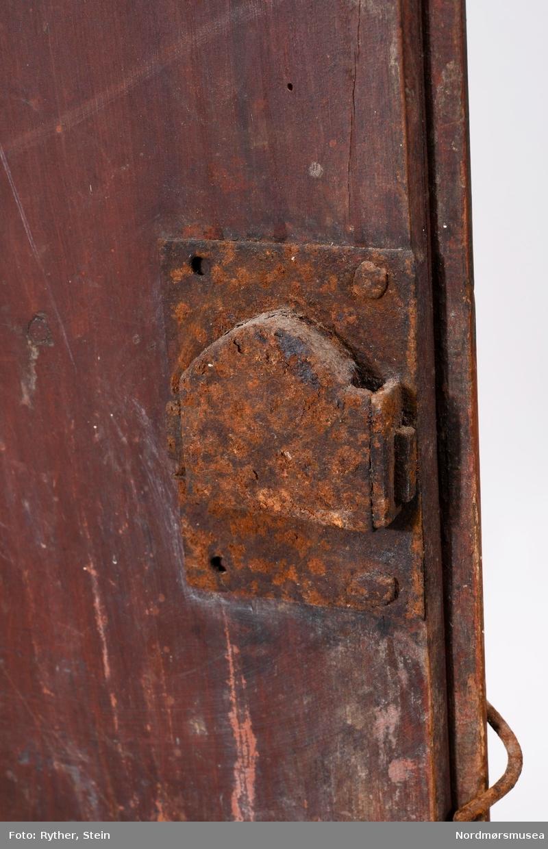 Rektangulært. Flatt. En dør. Rokokkopreget dekor.  Dekor: Felter med svungne og knekkede konturer i lavt relieff. Høvlete profiler.