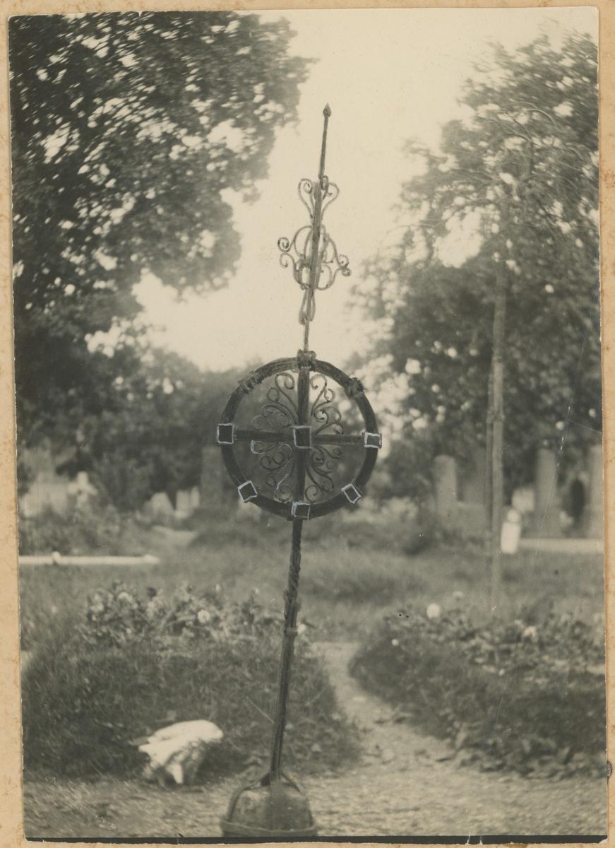 Gamle gravminner, to bilder.  Bilde 2: Fra Kirkeparken.