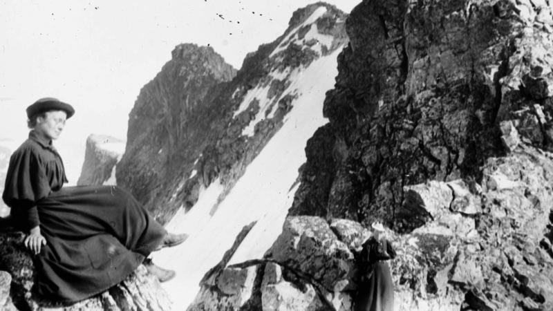 Alette Falck i forgrunnen og Kristine Bonnevie ved Dyrhaugstinden i Jotunheimen