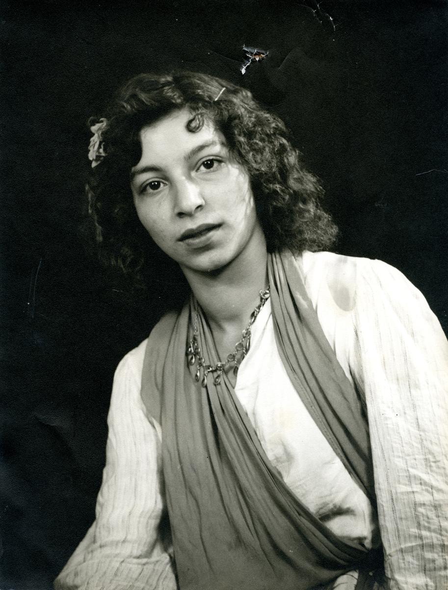 En ung kvinna fotograferad i studiomiljö. Bildens ursprung är okänt.