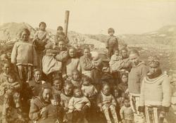 Svenska Grönlandsexpeditionen 1883. Kvinnor och barn i Julia
