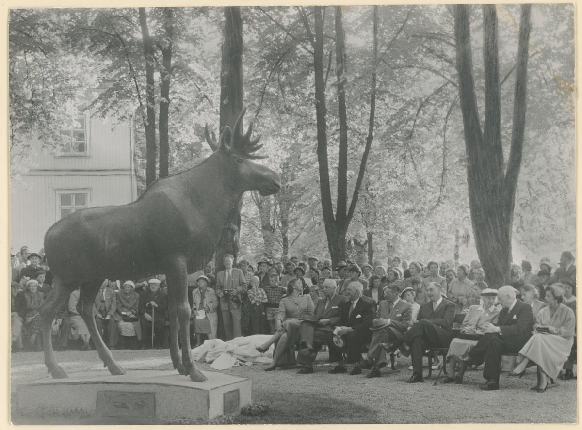 """Innvielse av skulpturen """"Elgen"""" i Kirkeparken. Gave fra M. Peterson & Søn. Skulpturen er laget av Ørnulf Bast."""