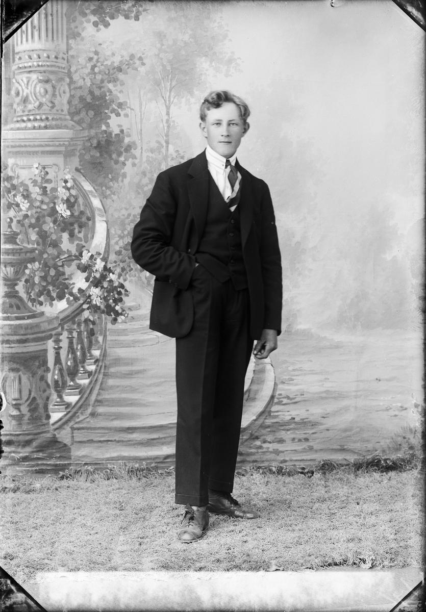 Ateljéporträtt - Viktor Öberg från Duderö, Börstil socken Uppland 1926