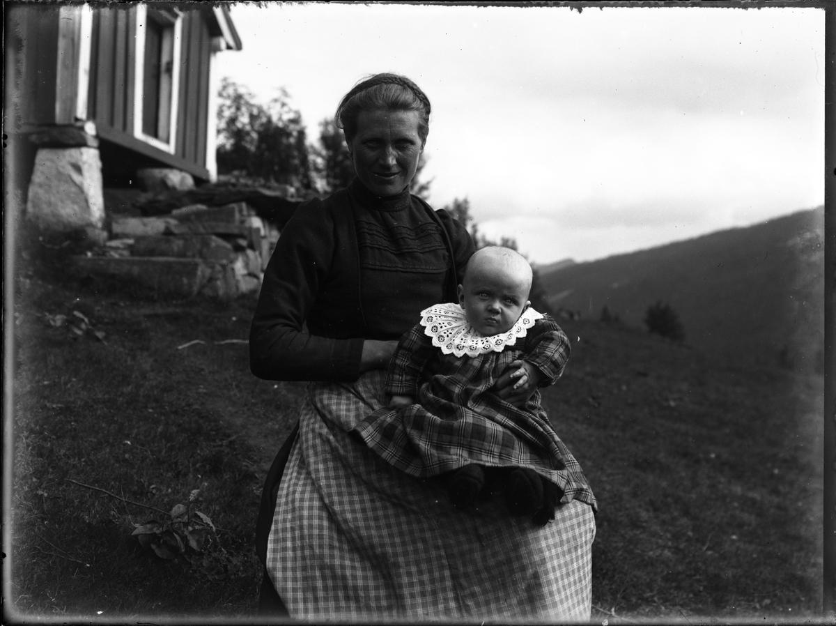 Fotosamling etter Bendik Ketilson Taraldlien (1863-1951) Fyresdal. Gårdbruker, fotograf og skogbruksmann. Fotosamlingen etter fotograf Taraldlien dokumenterer områdene Fyresdal og omegn.  Portrett av kvinne med barn.
