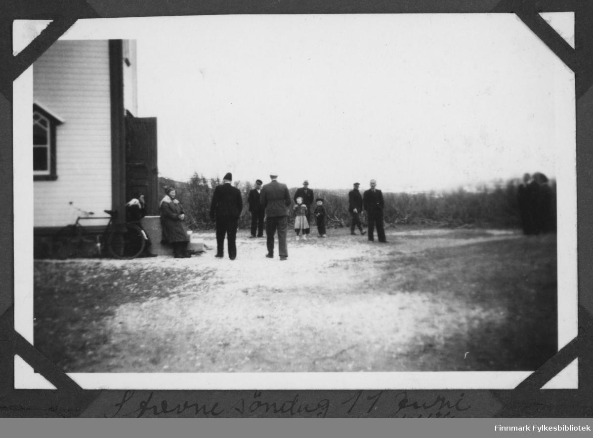 Folk utenfor kirka. Antakelig Anna Sofie Hansens begravelse i Børselv, 1943.