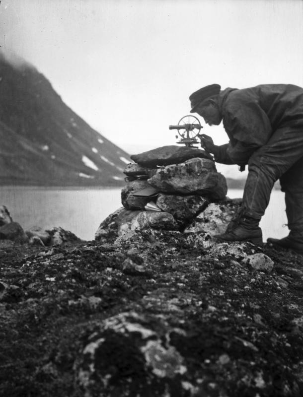 Forsker på Svalbard undersøker landskap (Foto/Photo)
