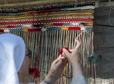 Oppstadvev utført av middelalderkledd dame.