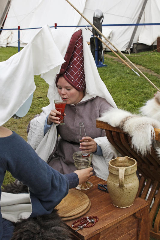 Middelaldersk adelsdame med høy hatt med slør nyter et glass drikke. (Foto/Photo)