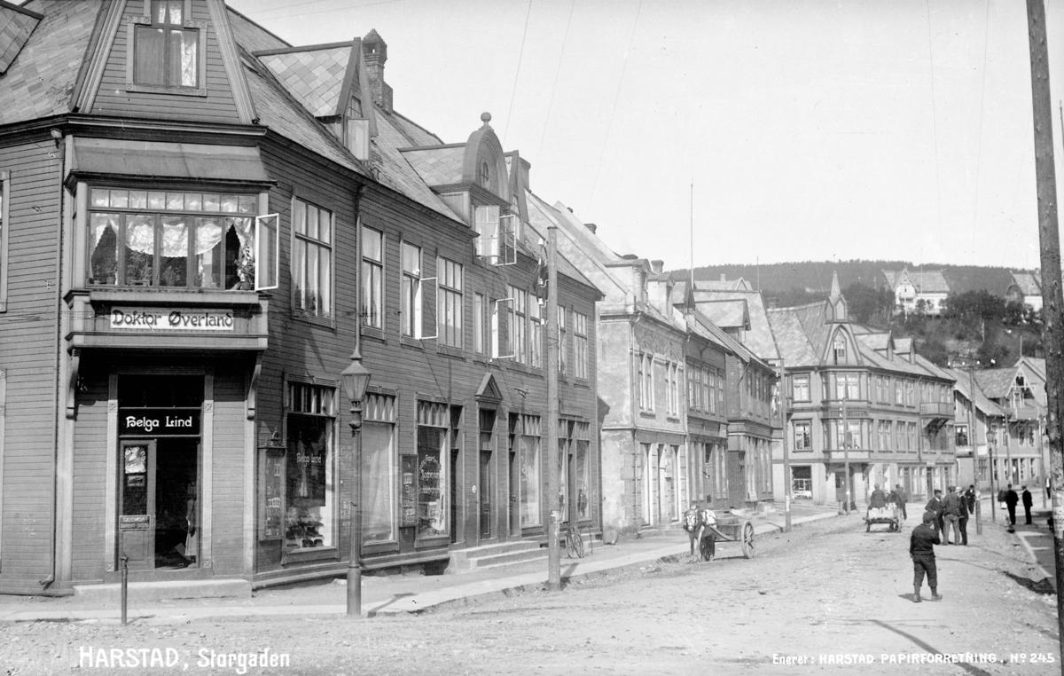 Postkort med bilde av Strandgata, fotografert fra Rikard Kaarbøs plass i retning mot Grand. Helga Lindgården, bygget 1901, til venstre.