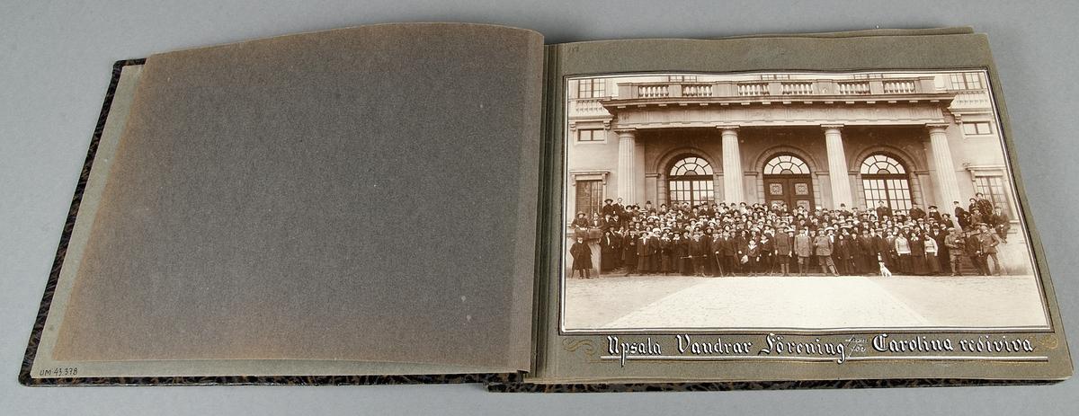 Fotoalbum med brunorangeflammiga pärmar i papp. Hopsatt med svart, tvinnad snodd. Innehåller 22 sidor samt ett löst ilagt blad.