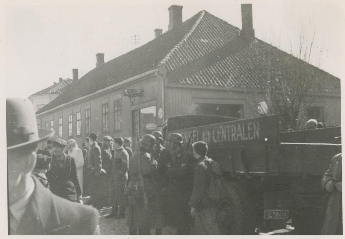Tyske soldater foran Høstegården , 11. april 1940.
