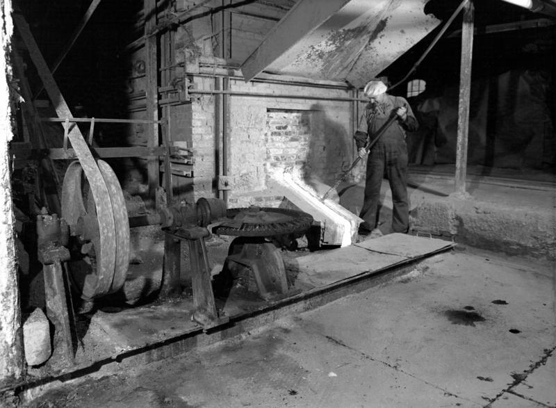 Sodahuset i fabrikkbygningen Klevfos cellulose- & papirfabrikk. Ottar A. Skjerstad ved smelteovnen.