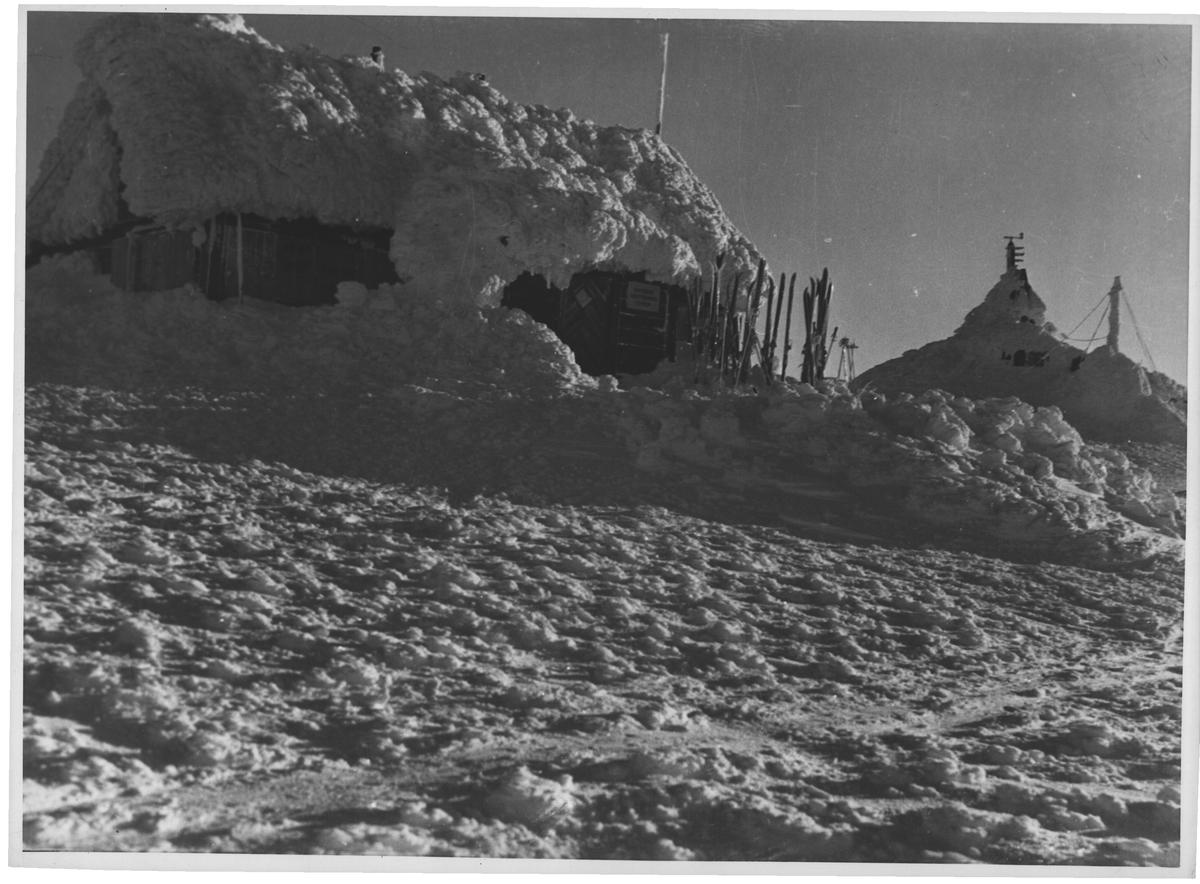 Turistforeningens hytte og observatoriet på Fanaråken
