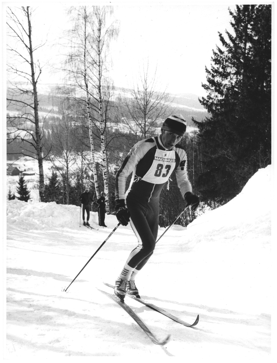 83 - Jan Stokstad, Sjårdalen Idr. lag. En av de mange harde kneiker i NM-løypa 50 km. Vingrom