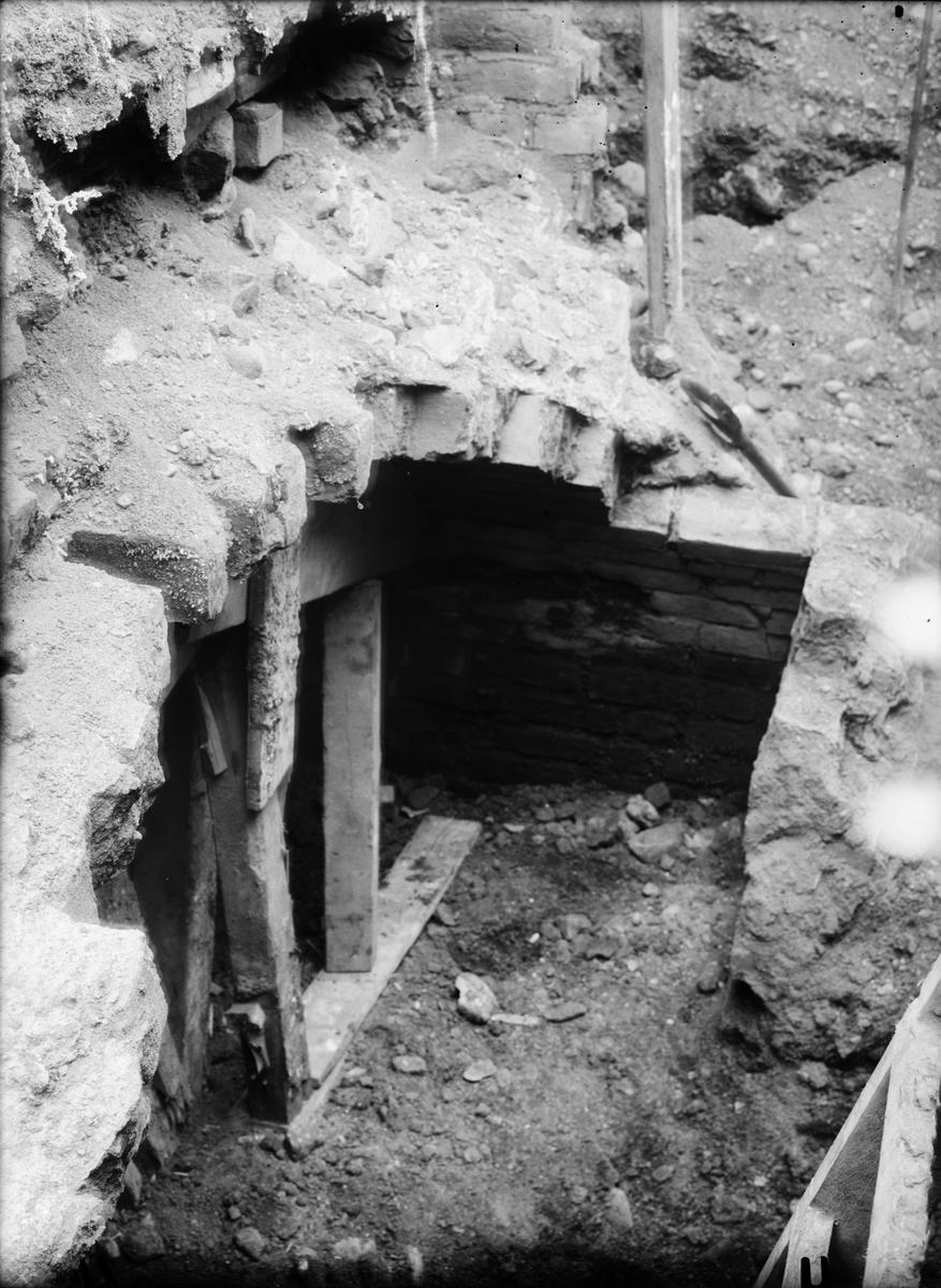 Utgrävning av Helgeandshuset, större tegelvalv, Uppsala 1925