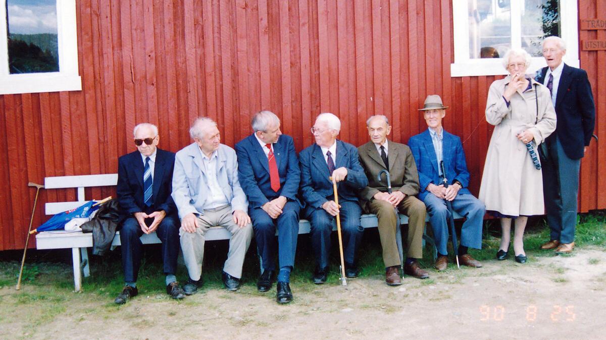 Fra venstre: Oskar Granshagen (1903-1999), lensearbeider fra 1916-1973, Reidar Ekeli (1911-1993), lensearbeider fra 1925-1977, Vidar Amundsen, mangeårig skipper på slepebåten «Isnæs», Arvid Lorentsen, Konrad Pedersen (1903-1992), lensearbeider fra 1915-1973, Helge Bakke (1903-1995), lensearbeider 1915-1973, ordfører i Fet mellom 1960-1971, Solveig Johansen (1916-2014), kokke og dekksmannskap på flere slepebåter i Øyeren fra 1947-1985, Olav «Olaf» Lund (1913-1996), lensearbeider og skipper på «Nøkken» 1920-30-årene frem til 1985. Foto: Per Emil Berg