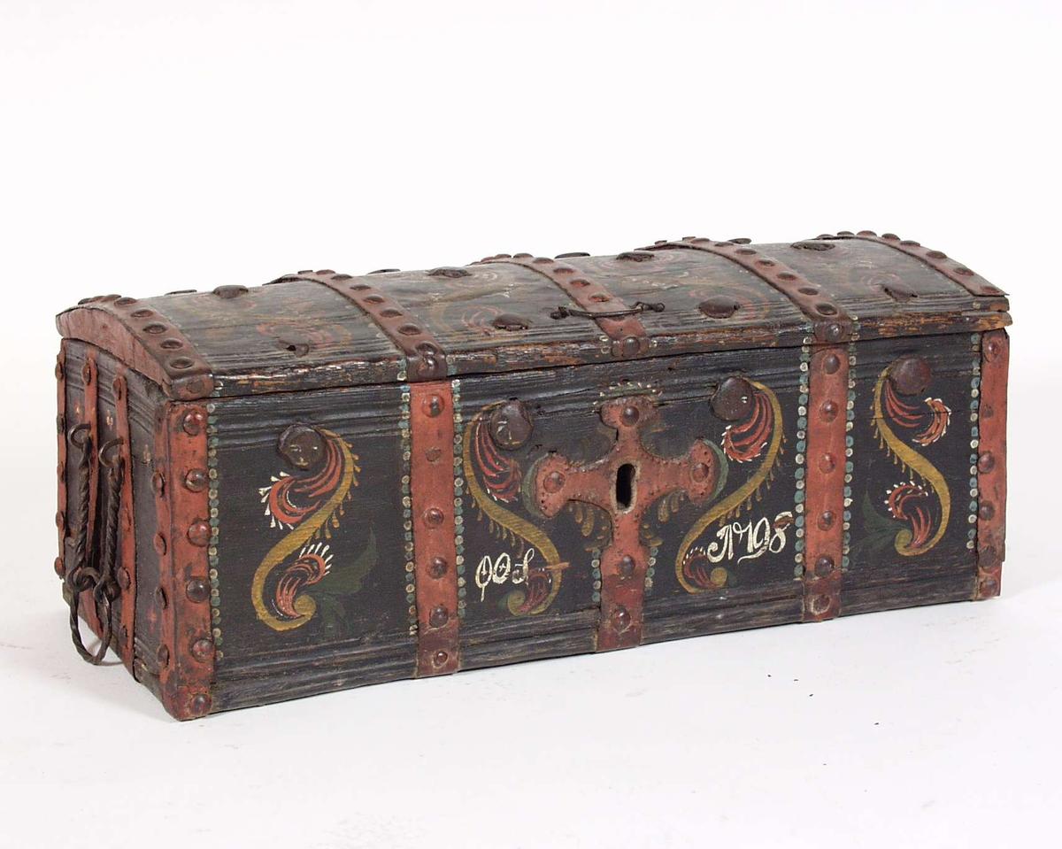 Liten kiste med jernbeslag. Rosemaling med akantusmotiv. Låsen ligger løs nedi kista.