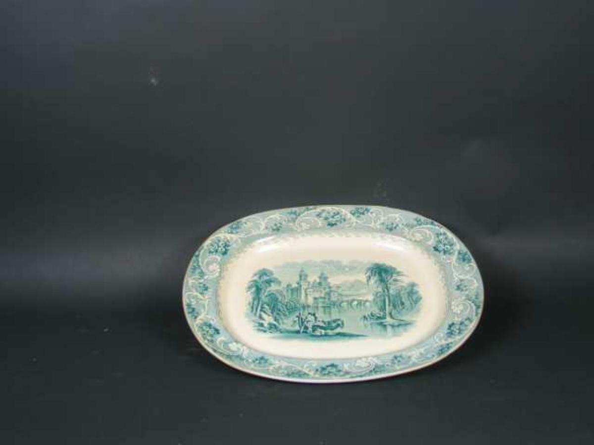Ovalt fat  i steintøy, dekorert med kineserier i grønt.Akantusbord rundt kanten.